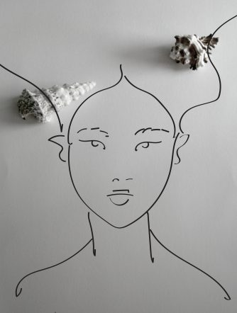 kobieta z wydm – muszle